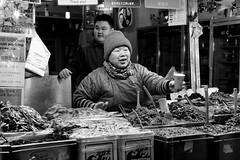 Try a Sample! (Mondmann) Tags: gwangjangmarket kwangjangmarket market traditionalmarket seoul korea southkorea rok republicofkorea asia eastasia foodvendor vendor sample bw pb mondmann fujifilmxt10