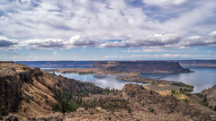 Steamboat Rock (writing with light 2422 [NOT PRO]) Tags: steamboatrockstatepark butte camping hiking oldwagonroadtrail landscape desert richborder sonya77 washingtonstate easternwashington bankslake fallcolors