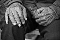 E mo che tiri? (pinomangione) Tags: pinomangione perstrada biancoenero tonnaradipalmi monocromo mani anziani gioco