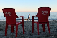 1610_Pietra_Ligure_6773_1f (vb.2015y) Tags: mare sea sedia rosso cielo acqua sky uomo cane barca tramonto sunset pietraligure liguria italy autunno serenità calma rilassamento infinito red sabbia dog