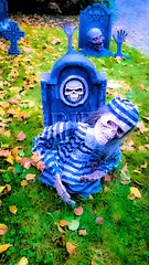 The Haunt of Edgemont (SqueakyMarmot) Tags: vancouver suburb northvancouver edgemont halloween scary thehauntofedgemont thehousethatdrippedblood display gravemarker skeleton