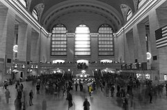 Grand Central Station (Thomas Eltervg) Tags: new york city nyc travel bw usa ny newyork station canon manhattan crowd central grand trainstation grandcentralstation 40d