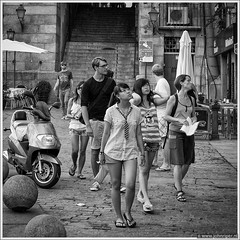Exploring Madrid (John Riper) Tags: madrid street girls people bw white black monochrome john square photography mono spain zwartwit candid exploring watching tourists vierkant straatfotografie riper johnriper