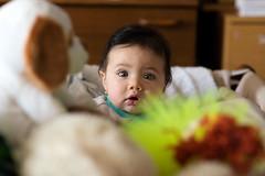Papá, por que me tomas tantas fotos? (Cesar Poblete S.) Tags: baby children child bebe bebes