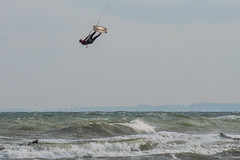 Flying Man (astielau) Tags: brandung damp kitesurfing