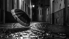 Paraguas (abeliyo) Tags: paraguas umbrella agua water calle street sevilla utrera bw nocolor black