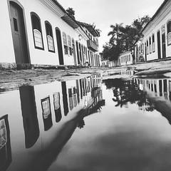 Reflexes em refletir  #paraty #euacreditonoamor #euamopretoebranco #blancoynegro #blackandwhite #pbmag #mobgraphia #nomirrormag #instamission #mobilephotography (Photographo's - Silvia e Alexandre) Tags: instagramapp square squareformat iphoneography uploaded:by=instagram moon