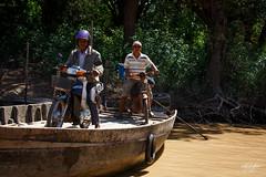 Hommes embarquant pour traverser le Tonl Sap (Aurlie Jouanigot) Tags: lac tonlsap pilotis floatingvillage people cambodge villageflottant lake maison northouest cambodia tonlsap