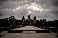 Les tnbres sur Angkor Wat (Tom Pia Photographie) Tags: sky paysage landscape temple angkor wat angkorwat cambodge cambodia siem reap tenebre noir sombre nuageux entre ngc natgeo nationalgeographic earth world travel traveler explorer voyage voyageur asie