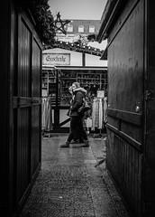 Weihnachtsmarkt... (MK - Fotografie) Tags: streetfotografie street weihnachtsmarkt schwarzweis streetphotography strassenszene sw monochrom mkfotorafie urban strassenfotorafie