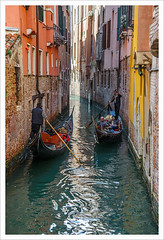 Alle strette (Outlaw Pete 65) Tags: case houses finestre windows muri walls colori colours acqua water persone people barche boats nikond600 nikkor24120mm venezia veneto italia