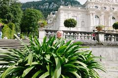 Tourists (Tilman Haerdle) Tags: people bavaria sightseeing tourists schloss linderhof