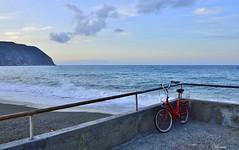 alba sul mare  ... (miriam ulivi) Tags: sea sky cliff beach clouds sunrise italia nuvole mare alba liguria cielo spiaggia rivieradilevante scogliera nikond3200 redbicycle biciclettarossa rivatrigoso spiaggiadiponente