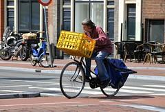 Nederland beweegt (FaceMePLS) Tags: amsterdam bike bicycle nederland thenetherlands streetphotography fiets fietstas krat tweewieler straatfotografie damesfiets facemepls transportfiets nikond300