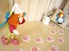 Ué, o que é isto? Pegadas de coelho? Mas nem é Páscoa!!! (Ateliê Bonifrati) Tags: cute diy craft livro feltro ebook tutorial pap projetos tecido moldes tutoriais bonifrati livrinho façavocêmesmo