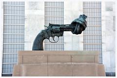 Non Violence. (G.Claesson) Tags: fndagen 20161024 non violence fnhgkvarteret unitednationsheadqurters carlfredrikreuterswrd skulptr sculptor gun pistol pistole nonviolence newyork nejtillvld