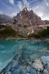 King of the alps (Simon_Bauer) Tags: dolomiten dolomiti dolomites mountains berge alps alpen clouds lake lago di sorapis sorapiss rifugio vandelli dito dio sunrise sonnenaufgang italy italien reflections spiegelung reflektion