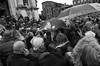 2016♠266 (ruggeroranzani_RR) Tags: analog blackandwhite 35mm film rolleirpx400 rolleisupergrain nikonf2photomic nikonnikkorncauto128f24mm people queue faithful church cat umbrella venice