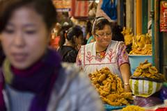 Chicharrones (sierramarcos14695) Tags: quetzaltenango gautemala minolta rokkor mc retrato persona mercado la democracia sony a58 explorando ciudad xela sonrisa profundiad de campo mujer chicharrones comida tradicional guatemala venta traje tipico ventas