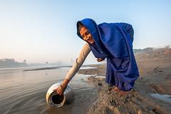 MYI_6184 (yaman ibrahim) Tags: india agra nikon d3 tajmahal yamuna morning water saree mis misty