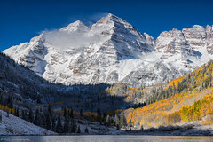 Autumn Morning at Maroon Bells (tyil.pics) Tags: blue orange white snow reflection clouds colorado fallcolors nikond810