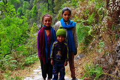 jugando con los nios / playing with kids (Vacaciones Permanentes) Tags: nepal portrait kids nikon nios d90