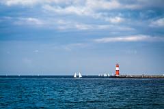 Roter Leuchtturm hinter Blau