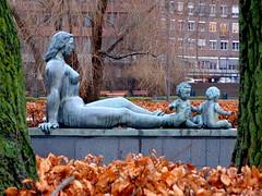 herbst (misone2000) Tags: oslo statue herbst kinder mutter kalt bltter stein nas gruppe sitzt misone2000