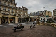 Les Colonnes (SantiMB.Photos) Tags: 2blogger 2tumblr 2ig calle street banco bench pareja couple baztn navarra otoo vacaciones2015 biarritz aquitaine francia fra