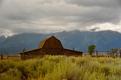 The Mormon Barn (faungg's photos) Tags: old usa house mountains west nature grass landscape us wooden nationalpark log scenery w scenic western wyoming 旅游 风景 自然 grandteton trave 美国 西部 国家公园 大提顿 怀俄明州