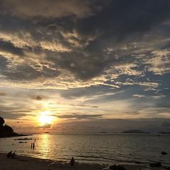 ท้องฟ้ายามเย็นที่หลีเป๊ะ ฟ้าเปิดกว้างแบบที่ไม่มีอะไรมาขวางสายตา น้ำใสระดับเห็นปลาและท้องทะเล ผมพักอยู่ที่ภูริตรารีสอร์ทที่อยู่หาด Sunset จะเห็นวิวอาทิตย์ตกสวยๆแบบนี้ สมชื่อมัลดีฟเมืองไทยจริงๆครับ