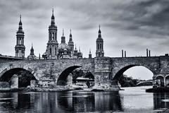 Puente de Piedra (Jess Vegue) Tags: puente espaa blancoynegro aragn europa zaragoza es
