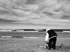 At the beach in autumn (jokinzuru) Tags: blancoynegro blackwhite beach playa mar gente nio people sea ocean sky water agua monocromtico bizkaia hondartza muskiz laarena ocano airelibre cielo iphone