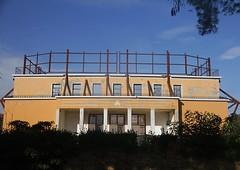 una volta era l'ingresso del cinema Politeama Rossini - Senigallia (walterino1962) Tags: parete balcone ringhiera balaustra porteconfinestre finestre impalcatureinlegno muro arbusti erba luci ombre riflessi senigallia ancona rami nuvole ballatoio