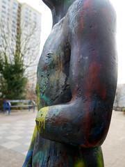 Die Verletzung. / 28.11.2016 (ben.kaden) Tags: berlin marzahn mehrowerallee jürgenpansow schreitender 1985 bildhauerei bronzeplastik kunstimöffentlichenraum kunstderddr skulptur 2016 28112016
