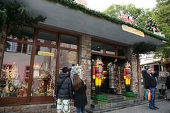 德國最大的聖誕飾品專賣店käthe wohlfahrt 在呂德斯海姆的分店, 店裡很多胡桃鉗跟吹煙娃娃都超精緻 (小拔辣) Tags: germany 2014 蜜月 käthewohlfahrt 呂德斯海姆 canon6d canon2470mmf4 斑鳩小巷 201409