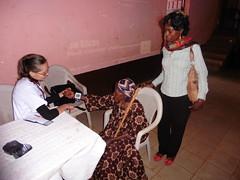 Janine behandelt alte FRau und Tochter, Bandoukassa