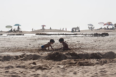 Playing in the sand (KakawetteA) Tags: tanger