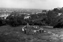 Budapesti panorma, jtsz gyerekek, David Seymour fot, 1948 (foglall50) Tags: budapest child enfant extrieur exterior generalview groupofpeople groupe hongroisnationalit hungariannationality jouer nofaces playing processed ronde rounddance typehumainblanc viewfromabove vuegnrale vueplongeante whitepeople