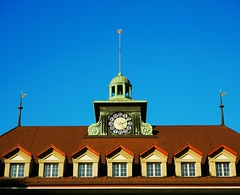 Just another rooftop (Mintra Tipas) Tags: bern bkw city bluesky sky rooftop clock windows afternoon historic old building switzerland uhr stadt blau fenster dach nachmittag sonnig wolkenlos himmel farbig colourful new newbie beginner