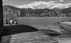 A pesca con pap.... (SMFREE.72) Tags: bw light landscape lombardia lagodigarda lake paesaggio italy water mountains sky nature nuvole olympus