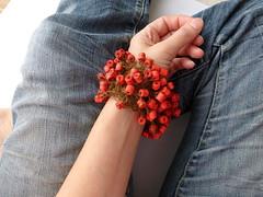 may my gestures mend (Ines Seidel) Tags: bracelet wristband beads paper yarn text red rot armband jewelry jewellery perlen papierperlen schmuck papierschmuck wearableart wearable