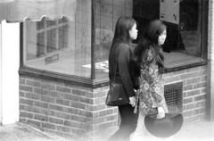072868 16 (ndpa / s. lundeen, archivist) Tags: nick dewolf nickdewolf photographbynickdewolf blackwhite bw 1968 1960s 35mm july charlesstreet beaconhill candid people youngpeople pedestrians sidewalk boston massachusetts ma city citylife streetlife sliceoflife film monochrome blackandwhite building storefront clothes clothing fashion woman women youngwoman youngwomen asian storewindow hat purse handbag longhair brunette