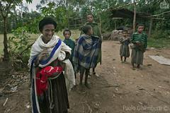 donna etiope e i suoi figli, Ethiopian woman with her sons (paolo.gislimberti) Tags: ethiopia etiopia persons persone gente people popolierazze peoplesandraces family famiglia abbigliamentoetnico ethnicclothes poverty povertà