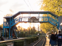 Estacin Las Barrancas (Letua) Tags: atardecer estacion gente paseo people puente railway station sunset vias
