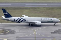 Alitalia Boeing 777-243ER EI-DDH (c/n 32784) Painted in Skyteam-livery. (Manfred Saitz) Tags: vienna airport schwechat vie loww flughafen wien alitalia boeing 777200 772 b772 eiddh eireg skyteam