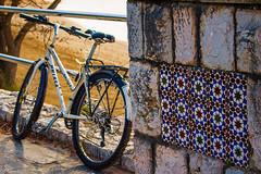 Un alto en el camino... (Charo R.) Tags: bicicleta playa paseos aire libre azulejos naturaleza bicycle