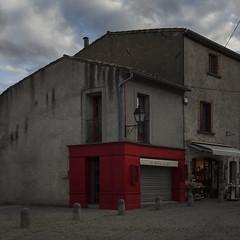 Red shop (Julio Lpez Saguar) Tags: juliolpezsaguar conversacionesensilencio talkinginsilence concepto concept calle street urban urbano carcassonne francia france tienda shop rojo red esquina corner cerrado closed