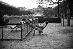 Le dormeur du Palais Royal (Mathieu HENON) Tags: leica m240 noctilux 50mm noirblanc blackwhite france paris jardin palais royal dormeur