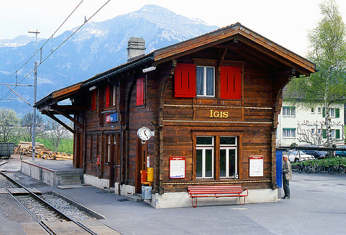 R12698.  Bahnhof Igis on the metre gauge Rhätischebahn in Switzerland.